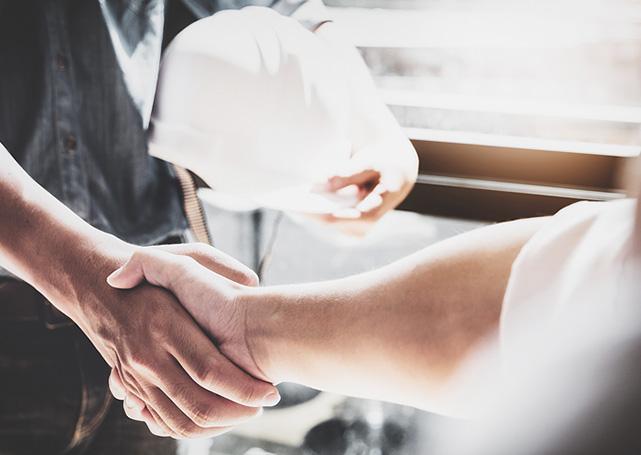 Pracownicy podający sobie ręce